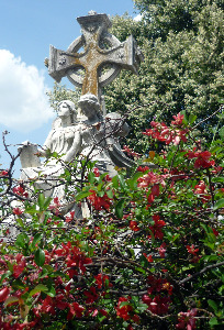 oakland-cemetery-atlanta-ga-angels-cross-with-flowers-vines