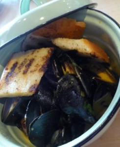 tin-can-fish-house-oyster-bar-227-sandy-springs-place-atlanta-ga-thai-mussels